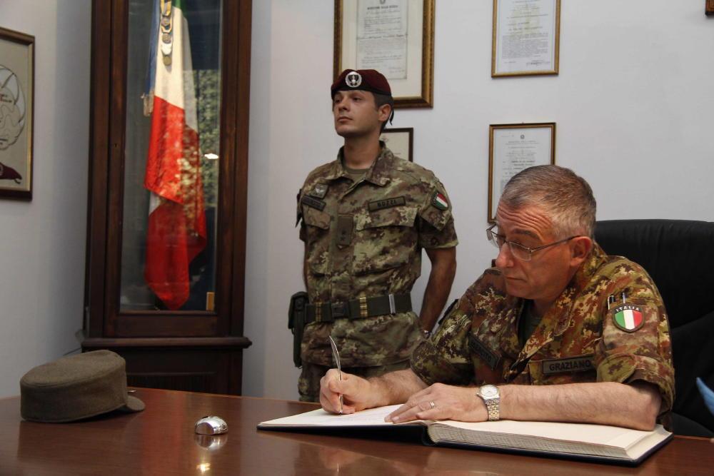 Il gen graziano firma l 39 albo d 39 onore accanto alla bandiera for Bandiera di guerra italiana