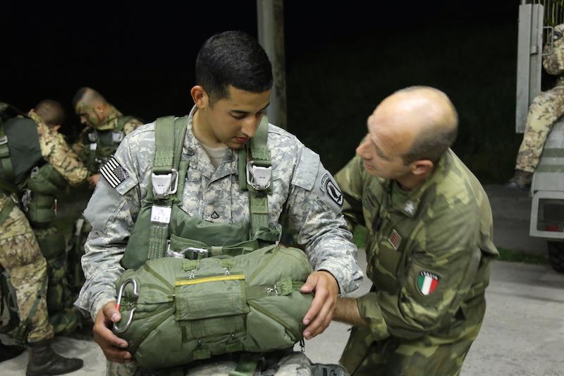 FOTO 1 - paracadutisti Italiani e Statunitensi si preparano per il lancio