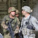 FOTO 3 - CONDIVISIONE DI PROCEDURE - paracadutisti definiscono le misure di coordinamento prima dell'ingresso in un centro abitato