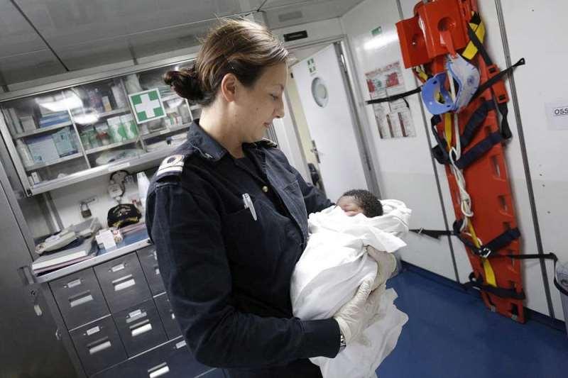 nascita-immigrato-sulla-nave