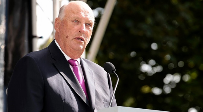King Harald of Norway speaks during the garden party for 1 500 guests in the Palace Park on September 1, 2016 in Oslo.     / AFP / NTB Scanpix / Lise Aserud / Norway OUT        (Photo credit should read LISE ASERUD/AFP/Getty Images)