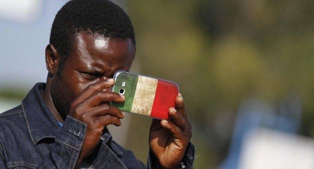 migranti-smartphone-cellulare