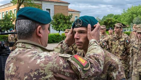 ok_4-consegna-del-basco-verde-dal-sottufficiale-di-corpo