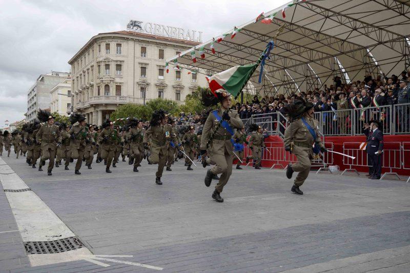 1-bandiera_di_guerra_e_compagnia_del_7_rgt_bersaglieri
