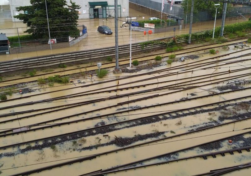 I binari del treno allagati a Livorno (Foto diffuse da Rfi/ANSA)
