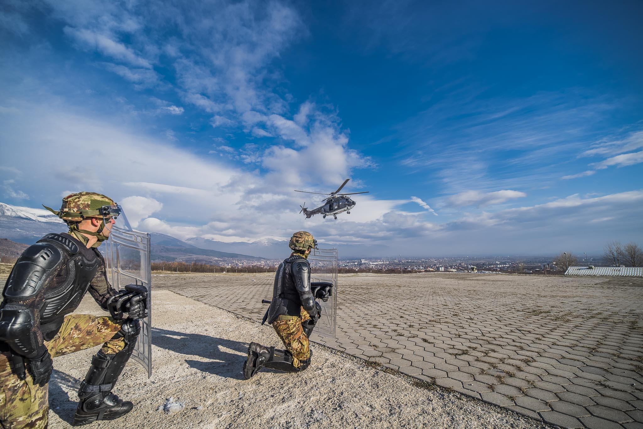 Elicottero Puma : Attesa imbarco su elicottero super puma congedati folgore