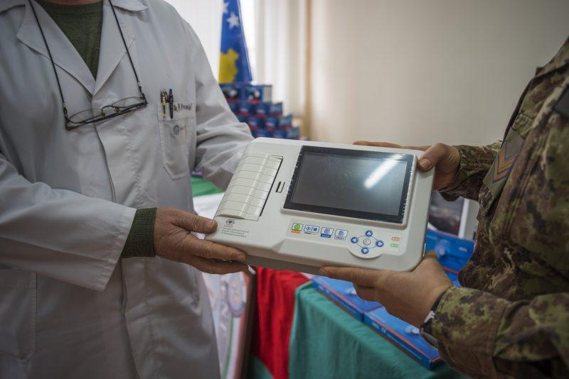3-kosovo-donazione-elettrocardiografo