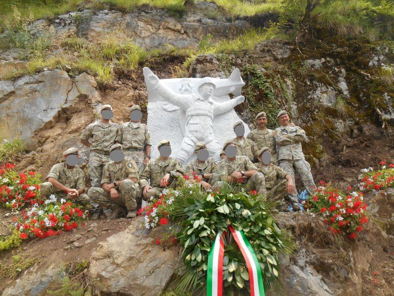 6-il-monumento-attorniato-dagli-incursori-del-17-stormo-sulla-destra-il-col-bartoli-e-il-gen-rinaldi