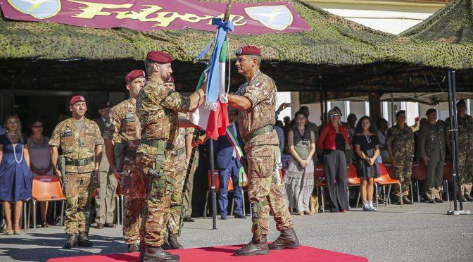 1-cessione-bandiera-di-guerra-dal-col-ettore-gagliardi-al-nuovo-comandante-col-mauro-bruschi