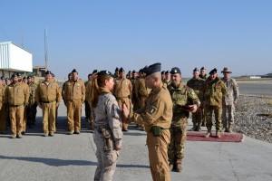 Il Col. Latini consegna ai militari spagnoli della JATF il distintivo di Reparto