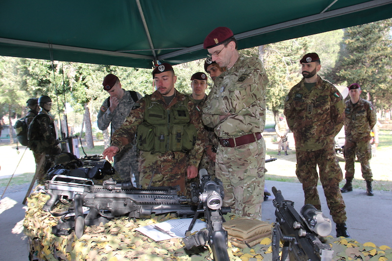 paracadutista illustra le armi in dotazione alla Brigata paracadutisti Folgore