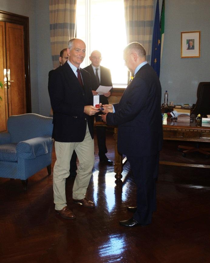 puzzilli mentre riceve la medaglia dal prefetto il 2   giugno 2015