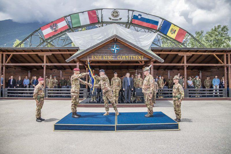 kosovo-consegna-bandiera-nato-a-gen-cuoci